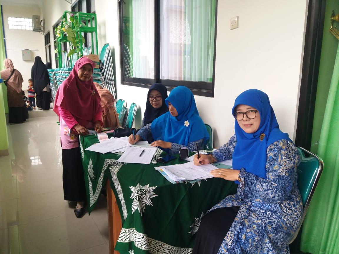 Ketua Lembaga Seni dan Kebudayaan PDA Tanda Tangani Surat Utusan Saat Nobar Sembilan Putri Sejati di Teras Aula MI Muh Karanganyar